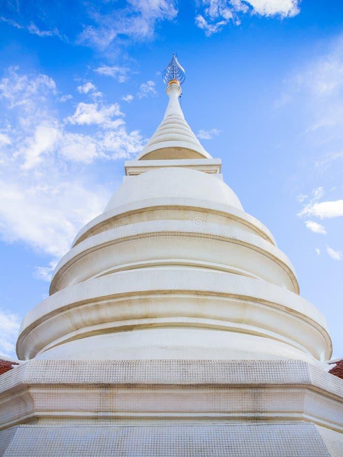 Thailändsk stilpagod av den Wat Pra Dhat Pha Ngao templet Chiang Rai Tha royaltyfria foton