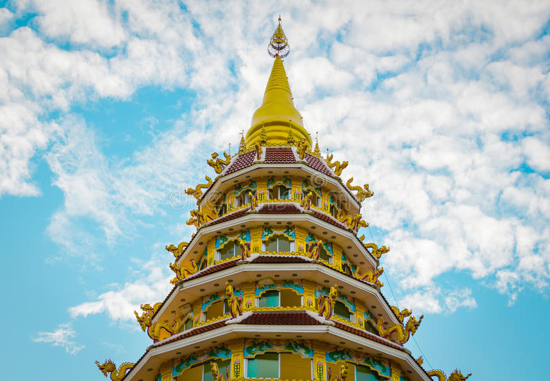 Thailändsk stilpagod av Wat Huay Pla Kung Temple Chiang Rai Thailan arkivfoto