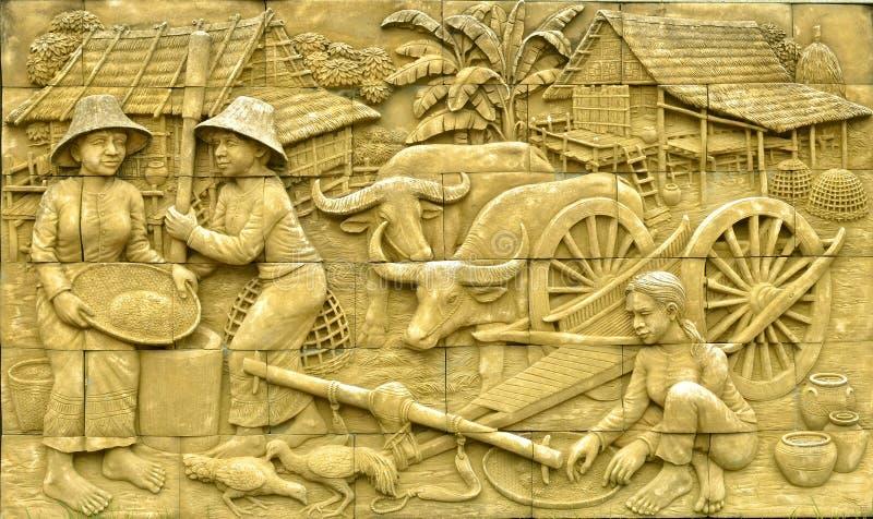 Thailändsk stuckatur för infödd kultur på stenväggen royaltyfria foton