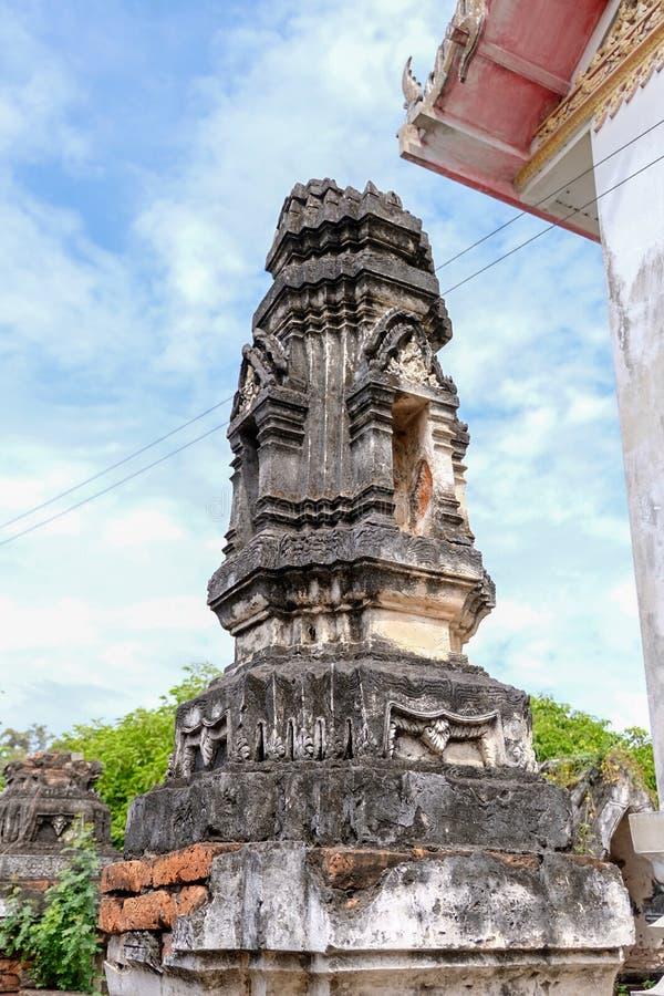 Thailändsk stuckaturmodell på den forntida pagoden eller Prang sidosikt med blå himmel royaltyfri foto
