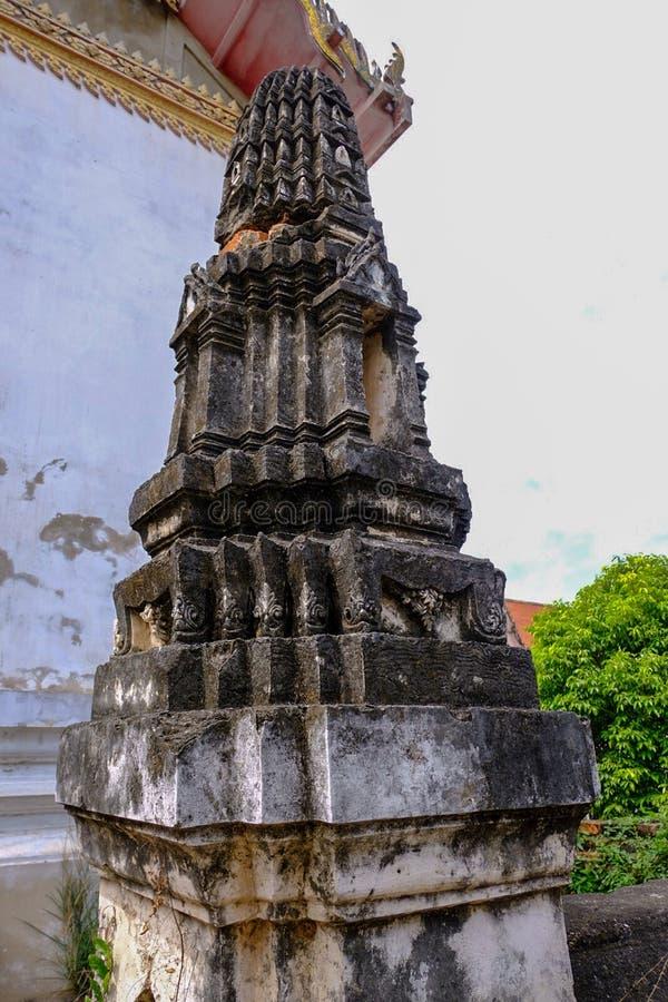 Thailändsk stuckaturmodell på den forntida pagoden eller Prang sidosikten royaltyfri foto