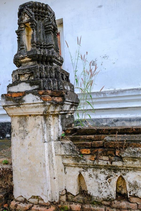 Thailändsk stuckaturmodell på den forntida pagoden eller Prangen royaltyfri bild