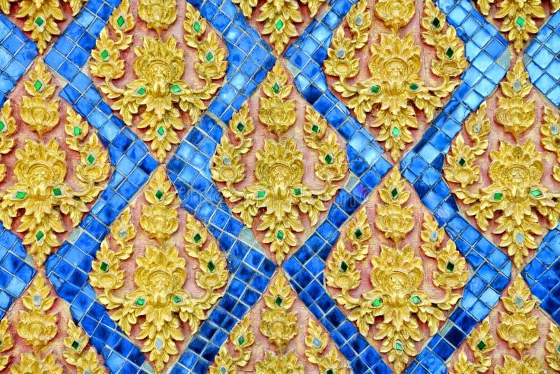 Thailändsk stuckaturmodellstil på väggen royaltyfri foto