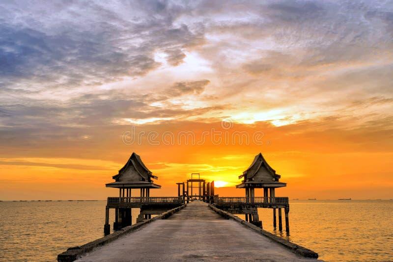 Thailändsk tempel i havet royaltyfri fotografi