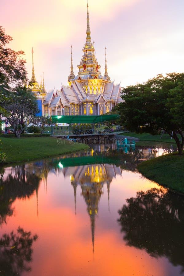 Thailändsk tempel, thailändsk stilkyrka på det Nakhon Ratchasima landskapet, Thailand arkivfoton