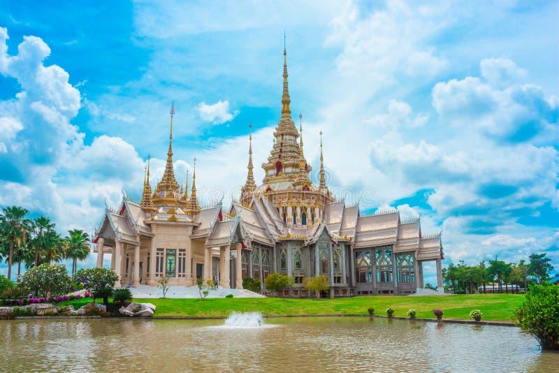 Thailändsk tempelgränsmärke i Nakhon Ratchasima, Thailand fotografering för bildbyråer