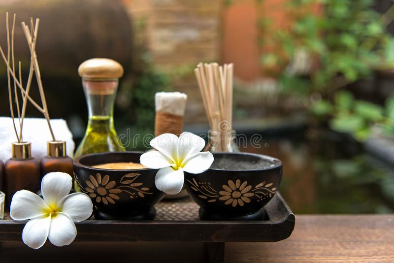 Thailändsk terapi för arom för brunnsortsammansättningsbehandlingar med stearinljus och Plumeria blommar på trätabellslut upp arkivbilder