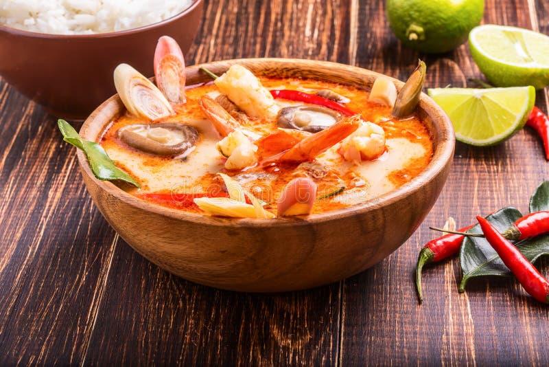 Thailändsk Tom Yam soppa med räka- och shiitakechampinjoner arkivbild