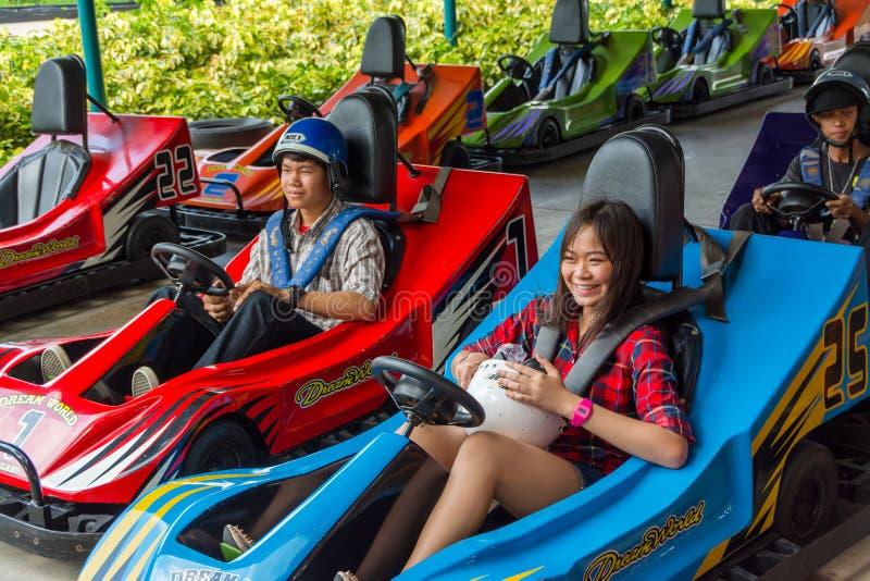 Thailändsk tonårperpare för ett gå-kartlopp royaltyfri foto