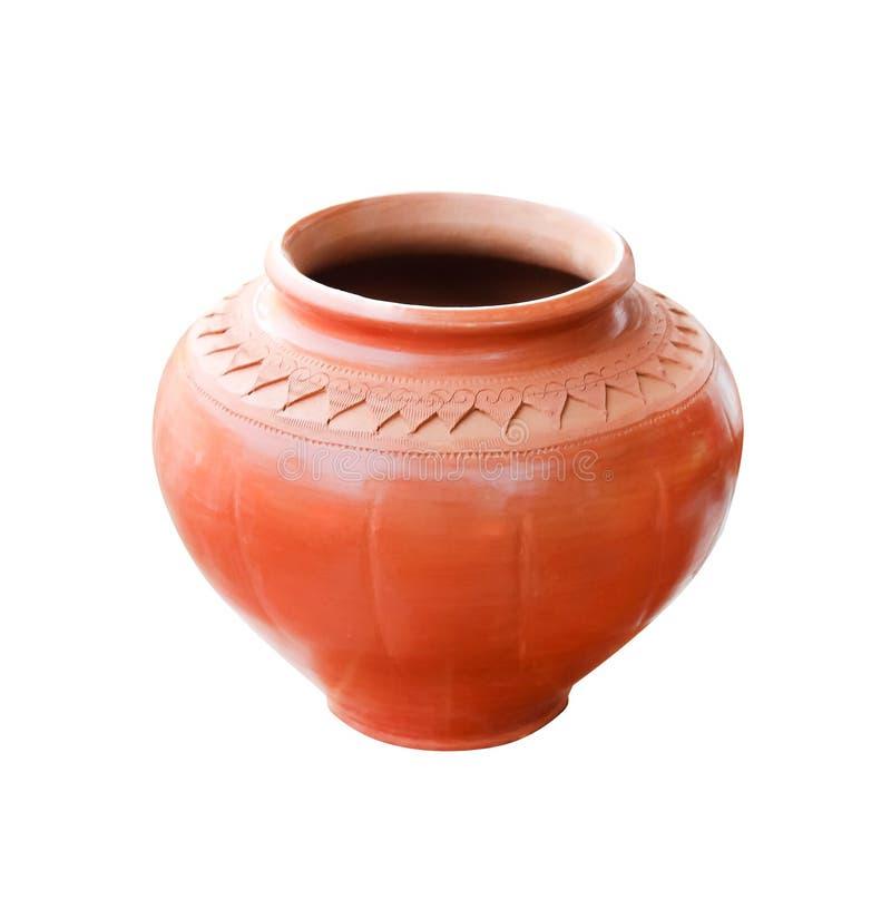 Thailändsk traditionell gammal brun färgkrukmakerikruka för dricksvatten som isoleras på vit bakgrund med urklippbanan royaltyfri fotografi