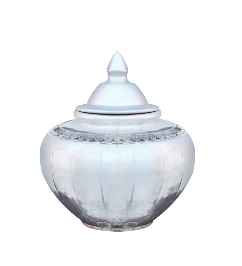 Thailändsk traditionell gammal kruka för silverfärgkrukmakeri för dricksvatten som isoleras på vit bakgrund royaltyfria foton