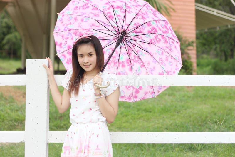 Thailändsk utomhus- kvinnastående arkivfoto