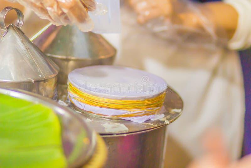 Thailändska ångade ris-hud klimpar eller den khaokriappak mawen är populära och unika thailändska gatamatmellanmål för släp royaltyfria foton