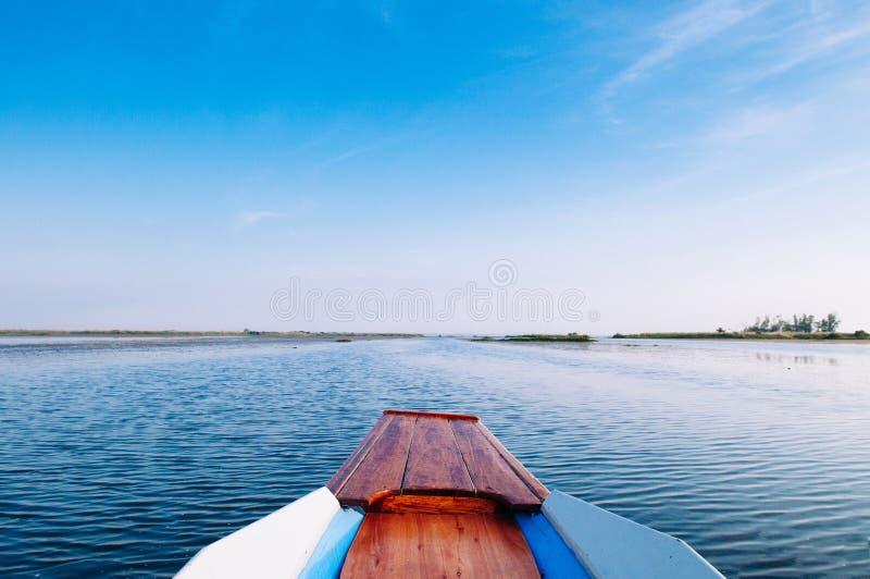 Thailändska båtbågresor i den fredliga blå Nong Harn Lake - Udonthani, Thailand Välkänd röd lotus-sjö på vintern arkivbild