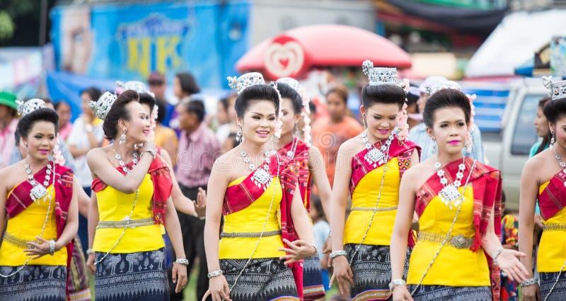 Thailändska damer som utför thailändsk dans i raketfestival arkivbild