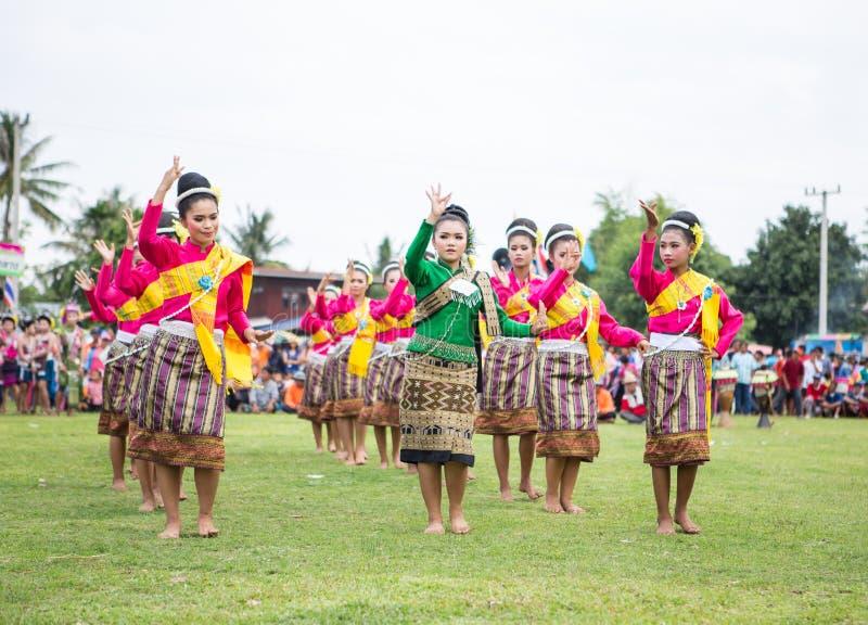 Thailändska damer som utför thailändsk dans i raketfestival arkivfoton