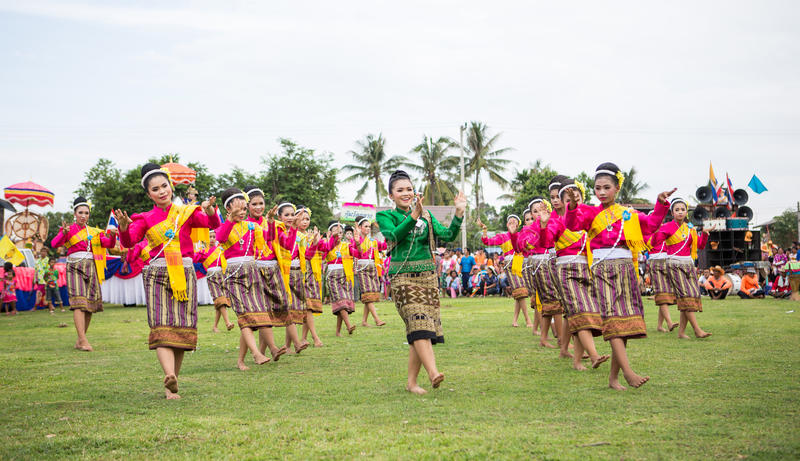 Thailändska damer som utför thailändsk dans i raketfestival royaltyfria bilder