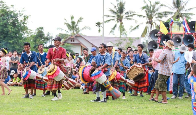 Thailändska damer som utför thailändsk dans i raketfestival fotografering för bildbyråer