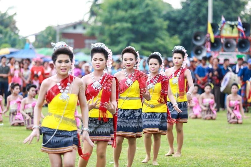 Thailändska damer som utför thailändsk dans i raketfestival arkivfoto