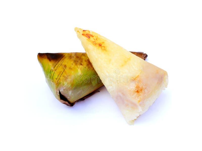 Thailändska efterrätter, limaktiga ris som grillar, eller klibbiga ris med den slågna in taroen grillade i banansidor på vit royaltyfria bilder