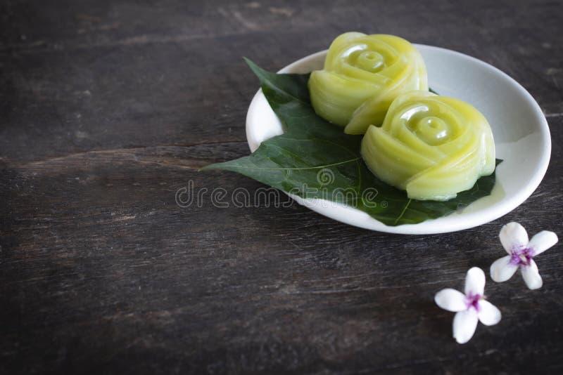 Thailändska efterrätter varvar sötsakkakan som sätter på bladet och den vita plattan och, har den vita blomman som sätter bredvid royaltyfri bild