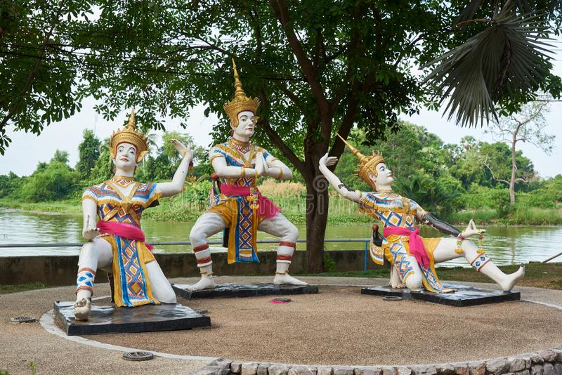 Thailändska folkdansstatyer eller Manohra anseende som är utomhus- på den Phatthalung stranden royaltyfria bilder