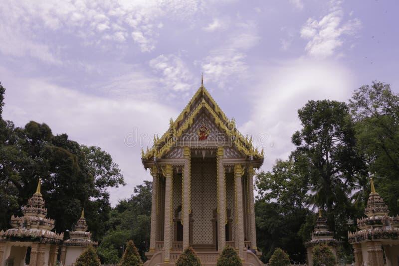 Thailändska historiska byggnader i thailändsk tempel royaltyfria bilder