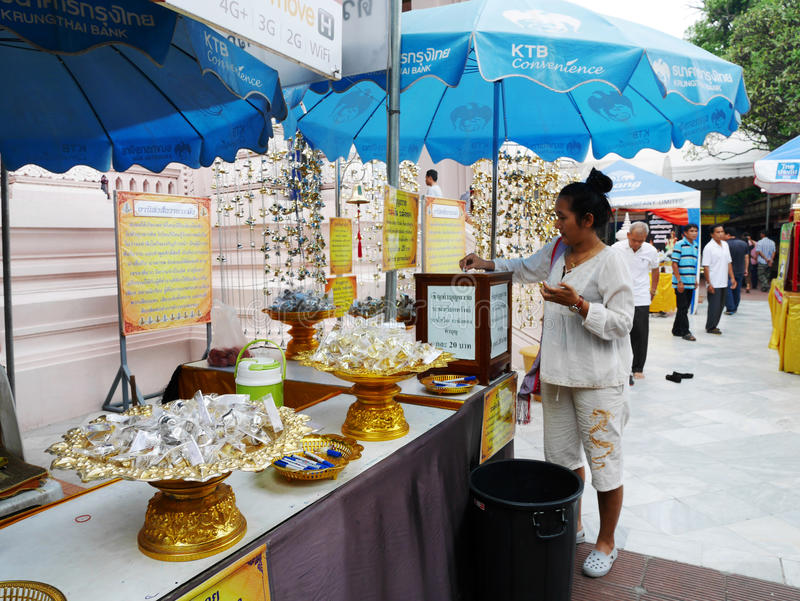 Thailändska kvinnor och handelsresandefolket besöker, och respekt ber buddha royaltyfri bild