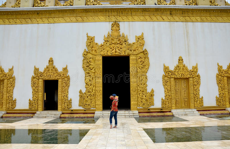 Thailändska kvinnor reser på den Atumashi Kyaung kloster i Mandalay, Myanmar royaltyfri foto