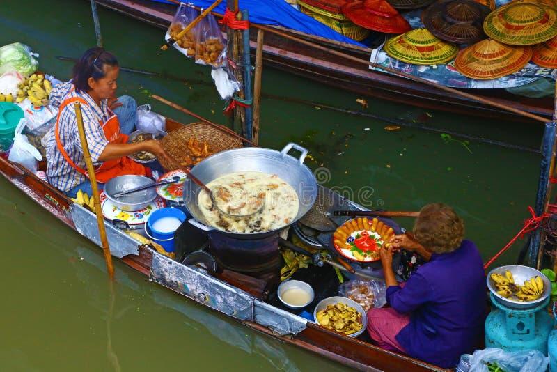 Thailändska kvinnor som lagar mat på ett fartyg royaltyfri fotografi