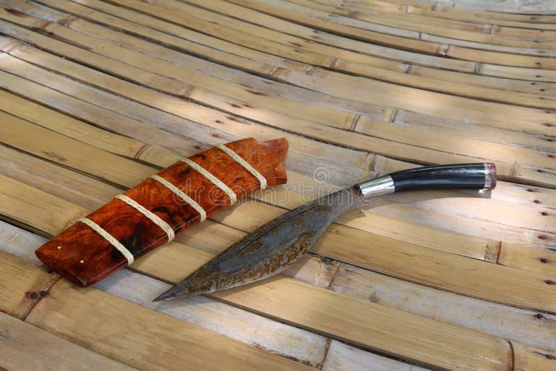 Thailändska lokala fick- knivar på bambu royaltyfri foto