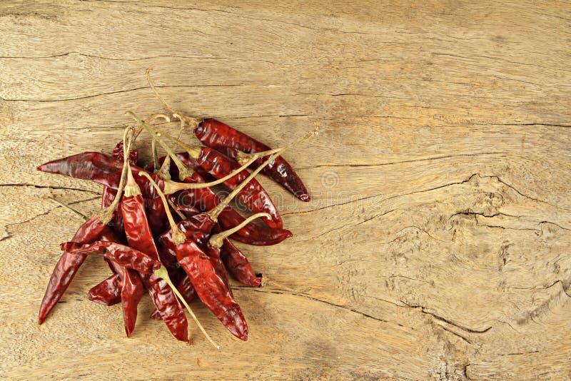 Thailändska matmatlagningingredienser Torkad chili på träbakgrund royaltyfri bild