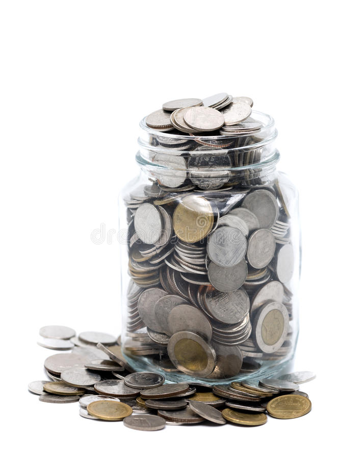 Thailändska mynt i en glass krus royaltyfria foton