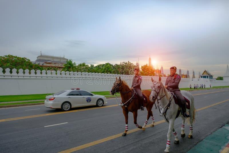 Thailändska polisvakter är ridninghästar royaltyfri fotografi