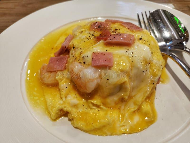 Thailändska ris med ägg och räka arkivbilder