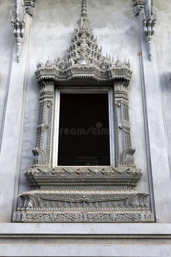 Thailändska skulpturfönster i thailändsk tempel royaltyfri bild