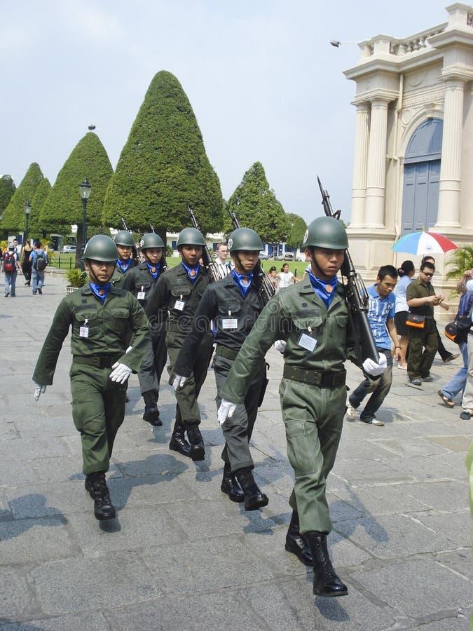Thailändska soldater som marscherar med vapen fotografering för bildbyråer