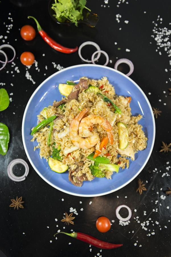 Thailändska stekte ris med konungräkan royaltyfri bild