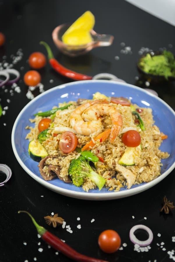 Thailändska stekte ris med konungräkan royaltyfri fotografi