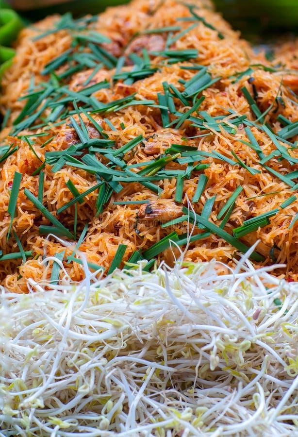 Thailändska stilnudlar, vadderar thai Risnudlar med räkor och grönsaknärbild på tabellen Thai nudel för block eller stekte under  arkivfoton