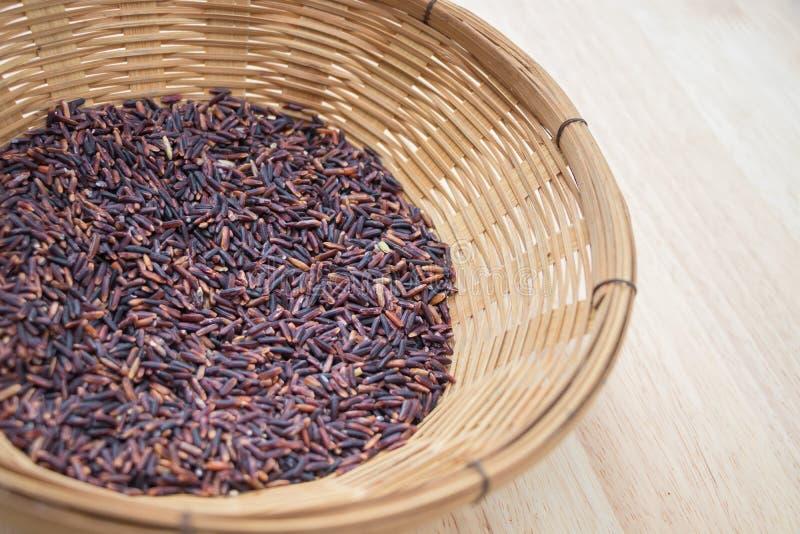 Thailändska svarta jasminris & x28; Risberry& x29; i bambukorg royaltyfri fotografi