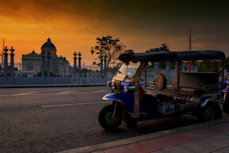 Thailändska Tuktuk eller trehjuling på den Ananta biskopsstolen, Bangkok royaltyfria bilder
