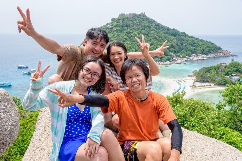 Thailändska turister på den Koh Nang Yuan ön royaltyfri foto