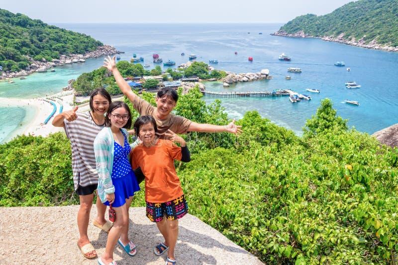 Thailändska turister på den Koh Nang Yuan ön arkivfoton