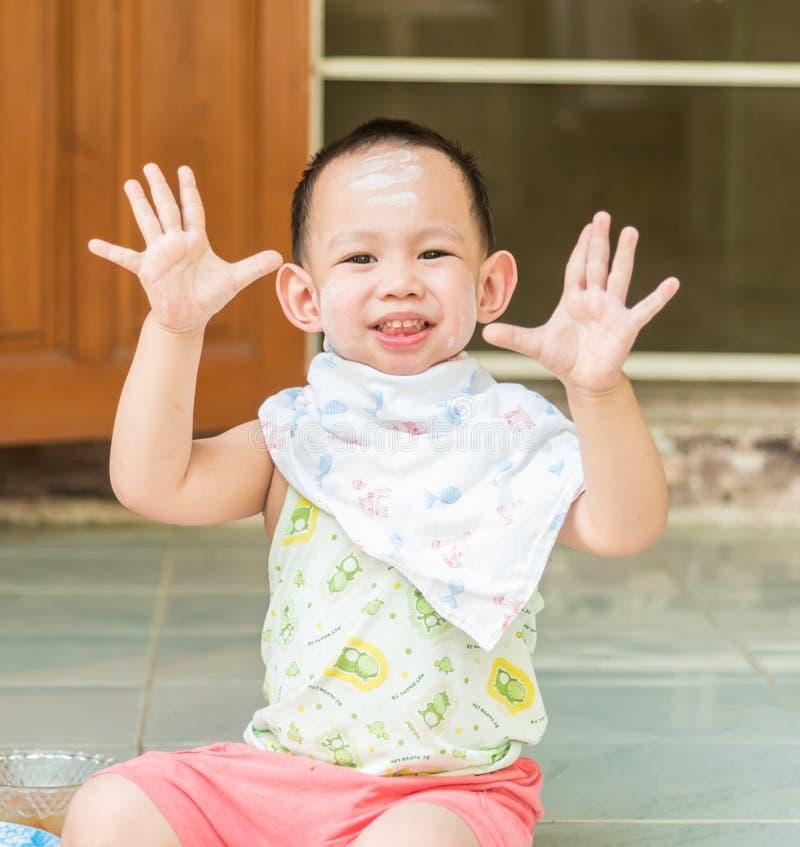 Thailändska ungar som visar hans hand royaltyfri foto