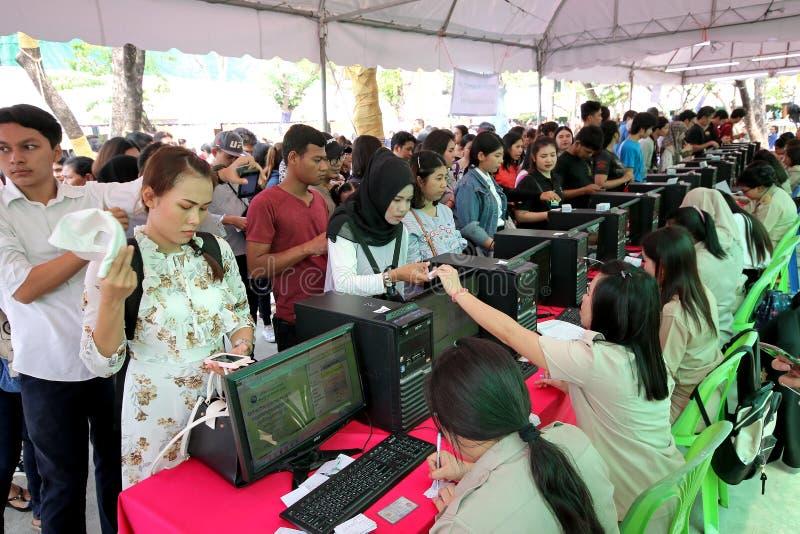 Thailändska väljare kontrollerar deras namnlistor under den röstade framflyttningen royaltyfria bilder