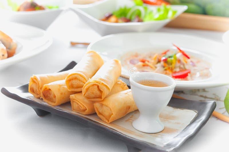 Thailändska vårrullar med sås på maträtt arkivfoton