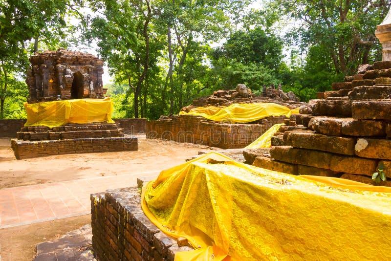Thailändska Wat Pra That Pukhao, Chiang Rai, Thailand, Maj 31 2015: Gammalt forntida fördärvar av den Wat Pra That Pukhao templet royaltyfri foto