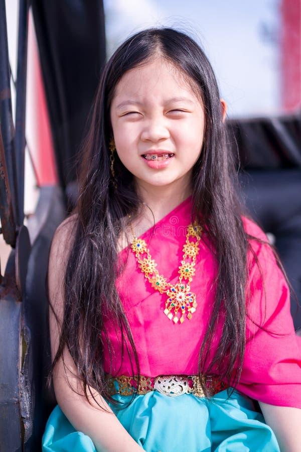 Thailändskt barn i thailändsk nationell dräkt royaltyfria foton
