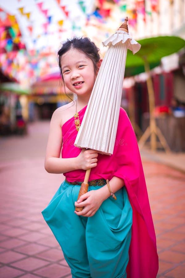 Thailändskt barn i thailändsk nationell dräkt fotografering för bildbyråer